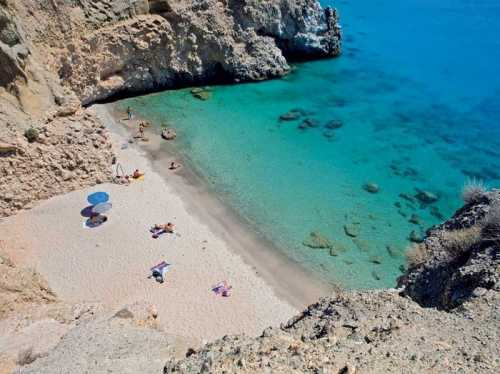 Γνωρίστε τις 10 καλύτερες παραλίες της Μήλου!