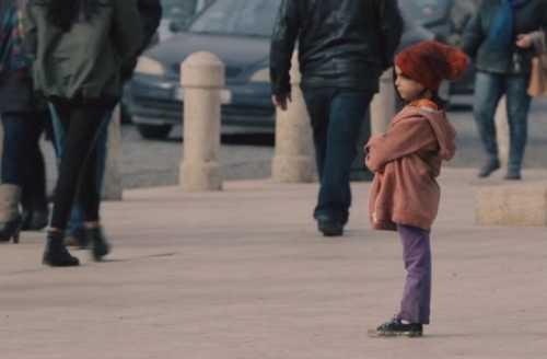 Δείτε πώς αλλάζει η στάση των ανθρώπων απέναντι σε ένα παιδί ανάλογα με τα ρούχα του