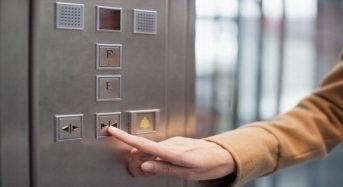 Το κουμπί για να κλείσεις την πόρτα στο ασανσέρ είναι απάτη!