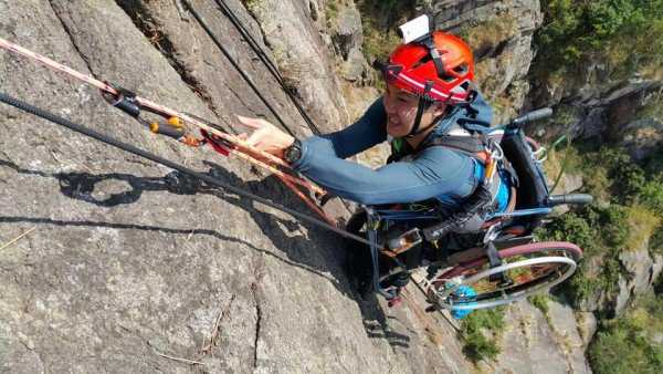 Παραπληγικός κάνει… ορειβασία με το καροτσάκι του!