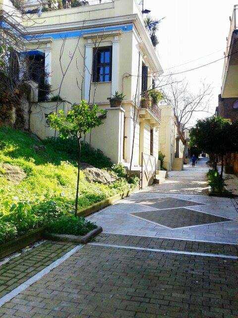 Η «Μονμάρτη της Αθήνας»: Η κουκλίστικη συνοικία των καλλιτεχνών με τα νεοκλασικά αρχιτεκτονικά αριστουργήματα