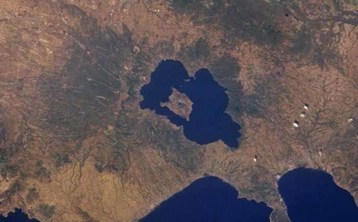 To νησί που βρίσκεται μέσα σε μια λίμνη, η οποία είναι μέσα σε ένα νησί, που είναι μέσα σε μία λίμνη ενός νησιού