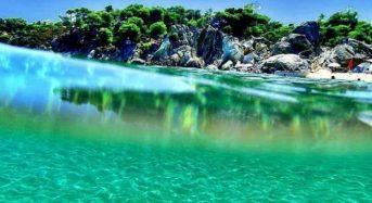 Η παραλία με τα τιρκουάζ νερά και τα λευκά βράχια που θυμίζει εξωτικό παράδεισο